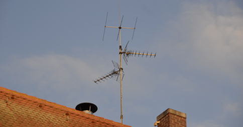 Roof mounted terrestrial television antenna image